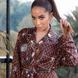 Anitta aposta em truques de styling como o nó para esbanjar estilo em look
