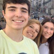 João Augusto Liberato exibe fotos de formatura com mãe e irmãs. Detalhes!