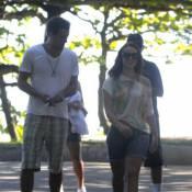 Paolla Oliveira passeia com Joaquim Lopez e encontra Gianecchini em praia