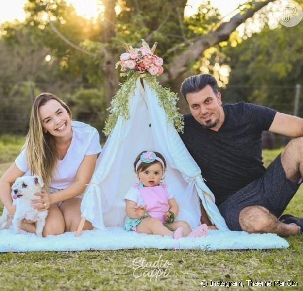 Thaeme Mariôto faz fotos com filha e marido para celebrar 1º aniversário da herdeira