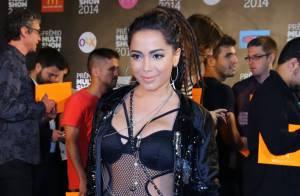 Anitta usa look ousado de sua coleção para a Coca-Cola no Prêmio Multishow