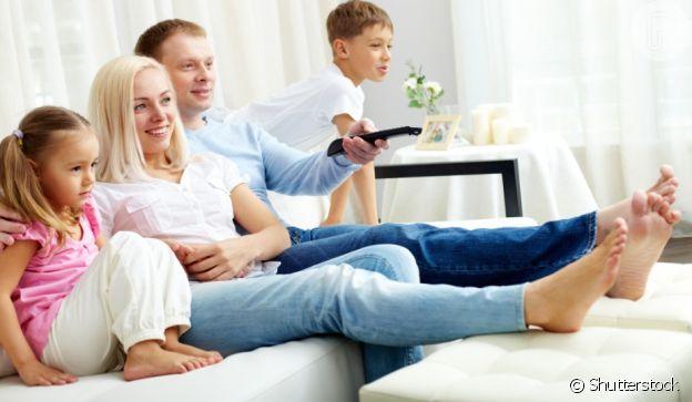 Se o seu sofá não é espaçoso, invista no pufe para apoiar os pés
