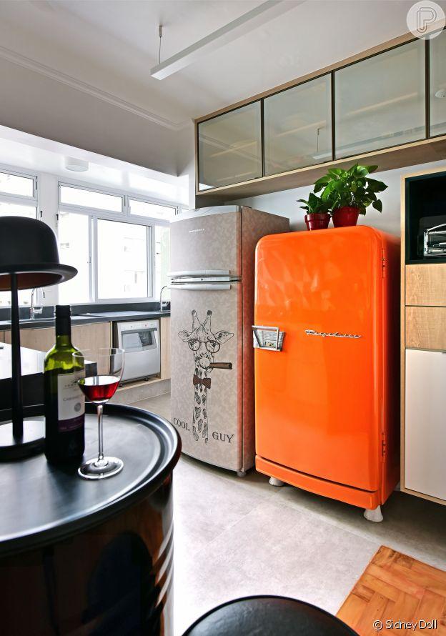 Móveis arrendondados e cores vibrantes marcam o estilo retrô