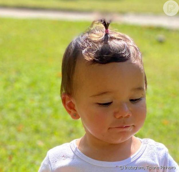 Filha caçula de Ticiane Pinheiro, Manuella se esbanjou em brincadeira com lama