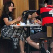 Geovanna Tominaga e marido levam filho a restaurante. Fotos da família!
