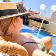 Moda praia com Marília Mendonça: cantora apostou em maiô bicolor para curtir a piscina em casa