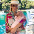 Ana Paula Siebert postou com beachwear colorido em foto com a filha, Vicky