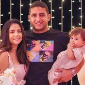 Filha do sertanejo Juliano rouba a cena em foto com os pais: 'Nossa princesa'
