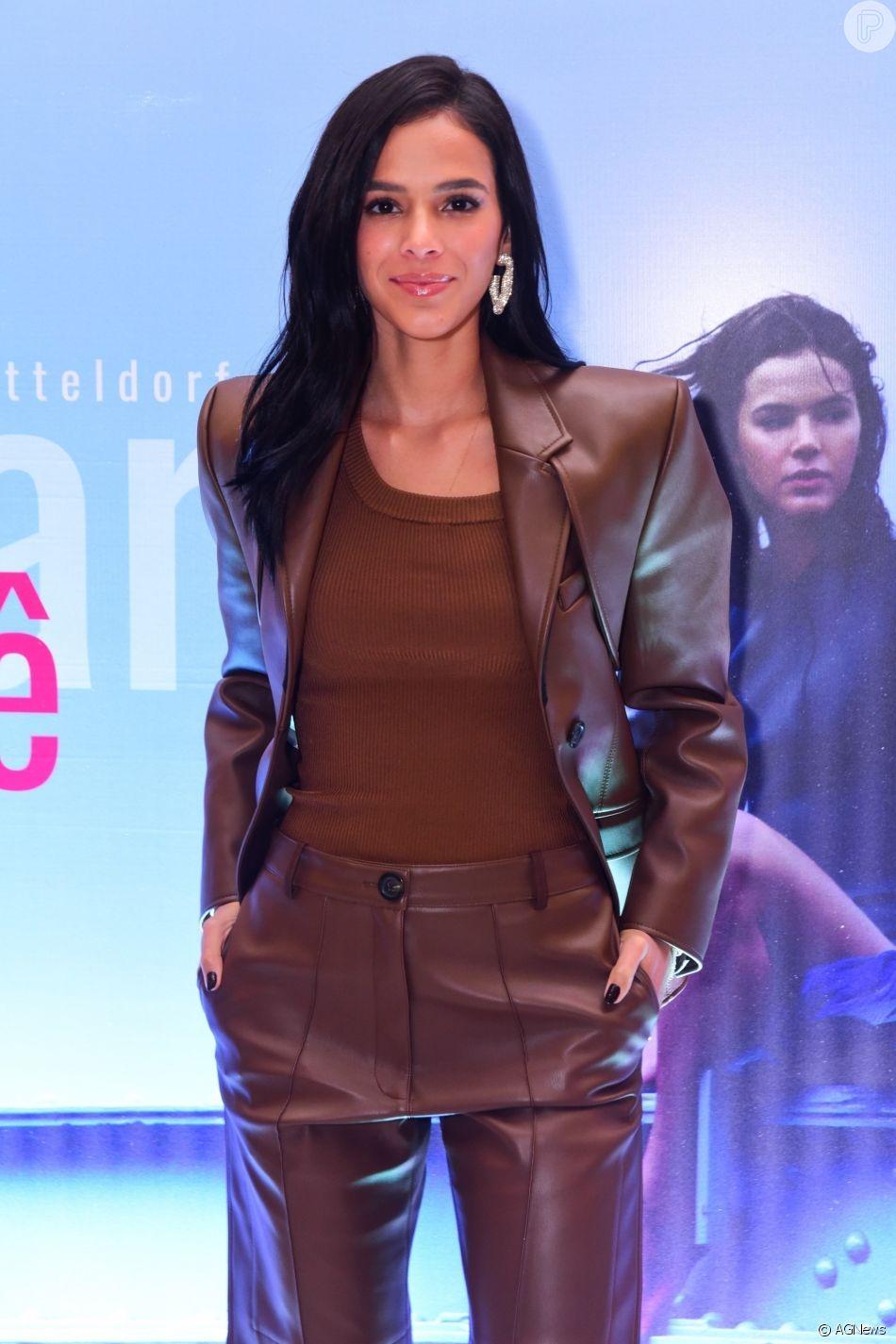 Bruna Marquezine rouba a cena em foto de biquíni em viagem