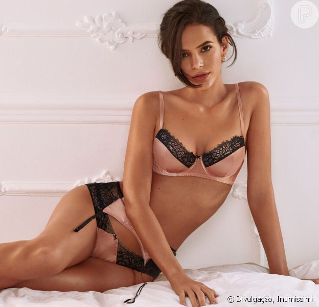 Bruna Marquezine aposta em lingerie eco-friendly de seda com renda em ensaio