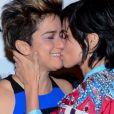 Nanda Costa ganhou beijo de Lan Lanh ao pedir a compositora em casamento