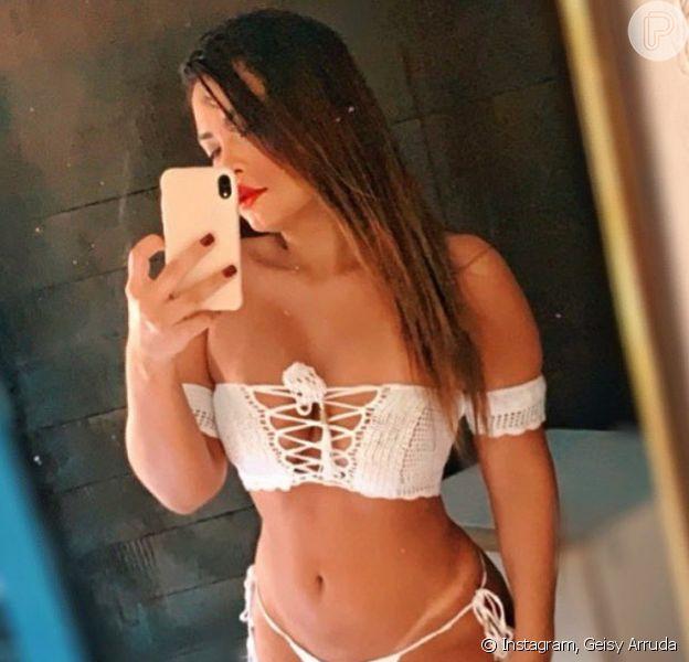 Geisy Arruda usa biquíni de crochê e agita web com look moda praia