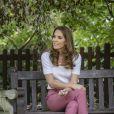 Kate Middleton apostou em look casual com tênis e calça de alfaiataria colorida