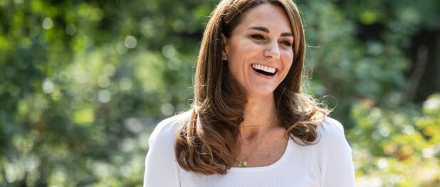 Kate Middleton faz homenagem aos 3 filhos com joia em look. Aos detalhes!