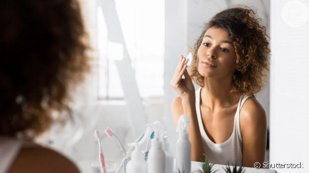 Limpar a pele e tirar toda a maquiagem diariamente é importante para barrar a oleosidade típica dessa fase do ano
