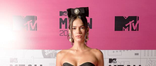 Look preto, laço e máxi pérolas: o 1º look de Bruna Marquezine no MTV Miaw