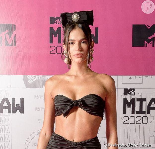 Bruna Marquezine deixa barriga de fora com look preto em premiação nesta quinta-feira, dia 24 de setembro de 2020
