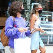 Vestido jeans e bolsa de miçanga: Sasha Meneghel surge estilosa em passeio com namorado