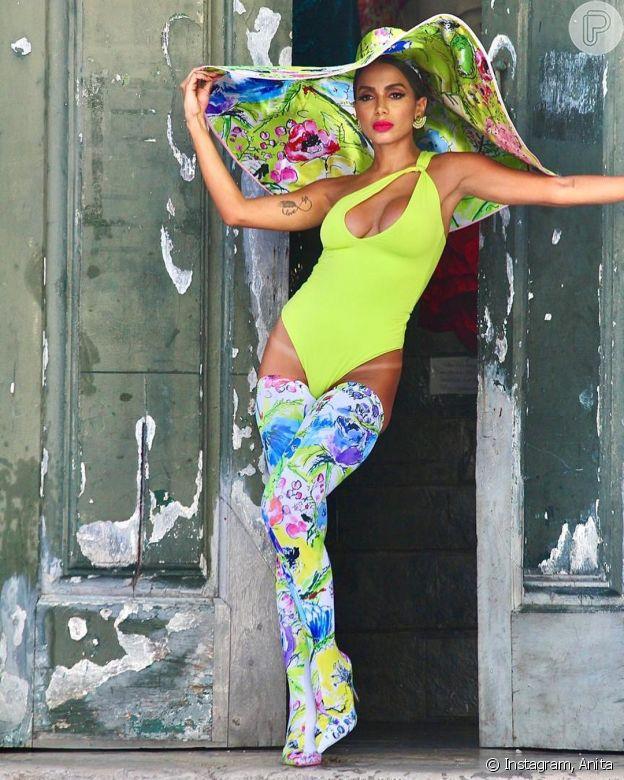 Beachwear de um ombro só é a aposta de Anitta