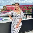 Marília Mendonça já uspu vestido com decote ciganinha e lastex