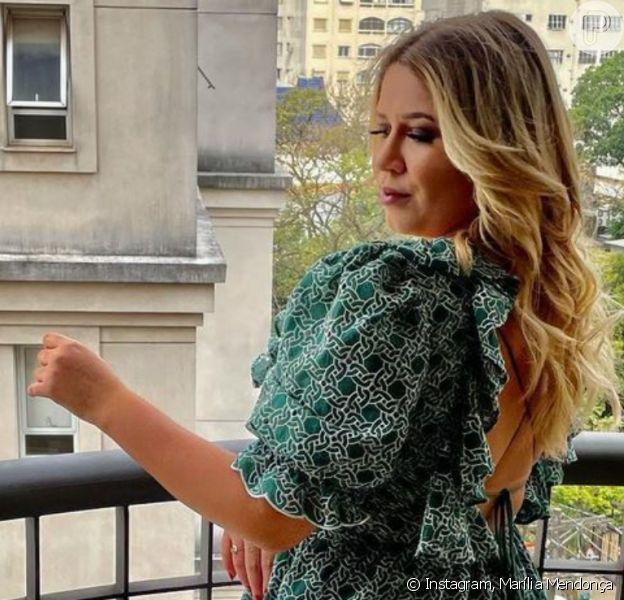 Marília Mendonça deixa costas à mostra em look verde estampado em foto