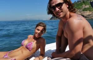 Grazi Massafera exibe barriga sarada em gravação de biquíni na praia