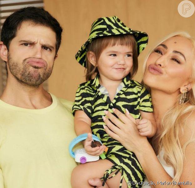 Filha de Sabrina Sato e Duda Nagle faz caras e bocas em fotos com pais
