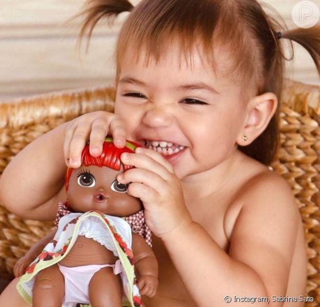 Filha de Sabrina Sato, Zoe se irrita com choro de boneca e diverte mãe com reação. Vídeo!