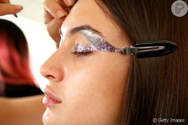 Sombra de brilho aliado com brilho dá um toque glam no ano novo