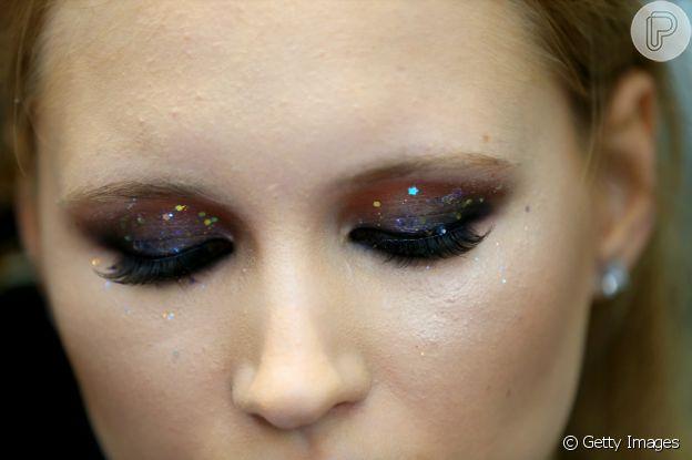 Aplique brilho por cima da sombra na maquiagem do réveillon