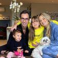 Ticiane Pinheiro posa com as filhas, Manuella e Rafaella, e o marido, Cesar Tralli