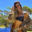 A influencer Carol Peixinho aposta no modelo asa-delta com calcinha em estampa de onça e top meia-taça