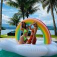 Rafa Kalimann escolheu o mesmo tom para dia de piscina em ilha privativa com amigas