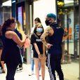 Biel conversa com fãs antes de ir a restaurante com Tays
