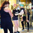 Biel tira foto com fãs antes de ir a restaurante com Tays