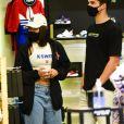 Ex-BBB Flay e o namorado,  Pedro Maia, conferiram as novidades das lojas em passeio por shopping