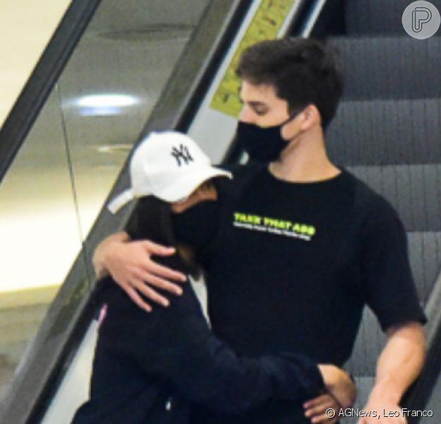 Ex-BBB Flay exibiu o novo cabelo em passeio com o namorado, Pedro Maia, em passeio por shopping de São Paulo