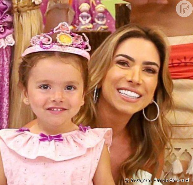 Patricia Abravanel postou foto com a filha, Jane, 3 anos, e foi comparada à menina