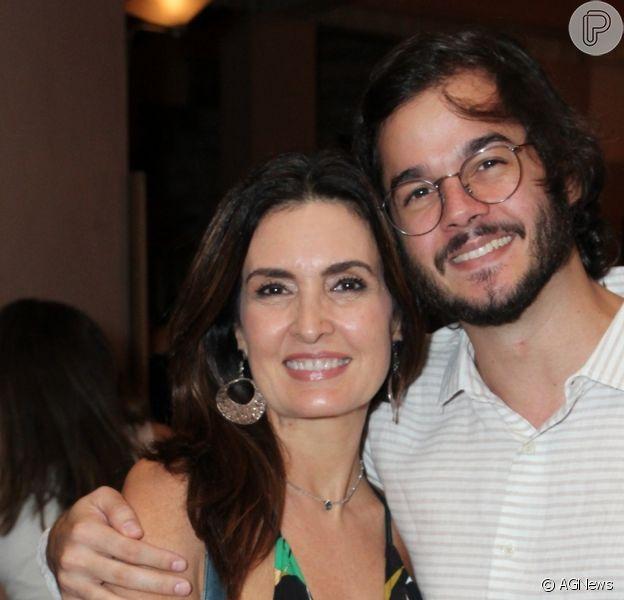Fátima Bernardes posa de biquíni ao lado de Túlio Gadêlha em foto, em 21 de fevereiro de 2021