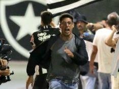 'Um Lugar ao Sol': caixa de mercado e gêmeo de Renato, Christian foge de confusão em estádio