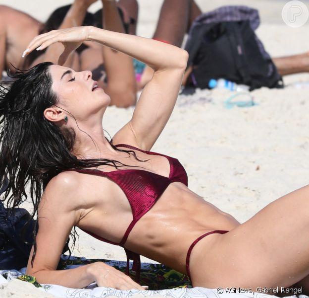De biquíni, Julianne Trevisol exibiu corpo definido e barriga sarada em praia do Rio de Janeiro em 2 de março de 2021