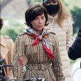 Lady Gaga veste trench coat e lenço no pescoço em 'House Of Gucci'