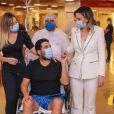 Sertanejo Edson, dupla de Hudson, com a doutora  Ludhmila Hajjar  ao deixar o hospital após uma semana internado com Covid-19