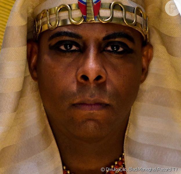 Novela 'Gênesis': o faraó (André Ramiro) desiste de matar Abrão (Zécarlos Machado) e Sarai (Adriana Garambone) ao descobrir que eles são casados