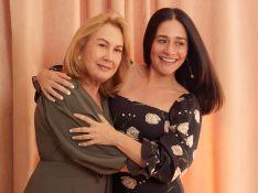 Alessandra Negrini faz fotos com a mãe e impressiona por beleza: 'Tal mãe, tal filha'