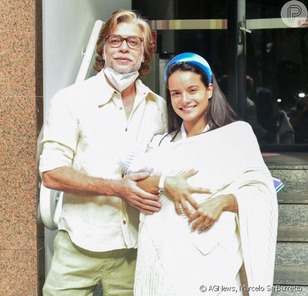 Fábio Assunção deixou a maternidade com a mulher e a filha recém-nascida