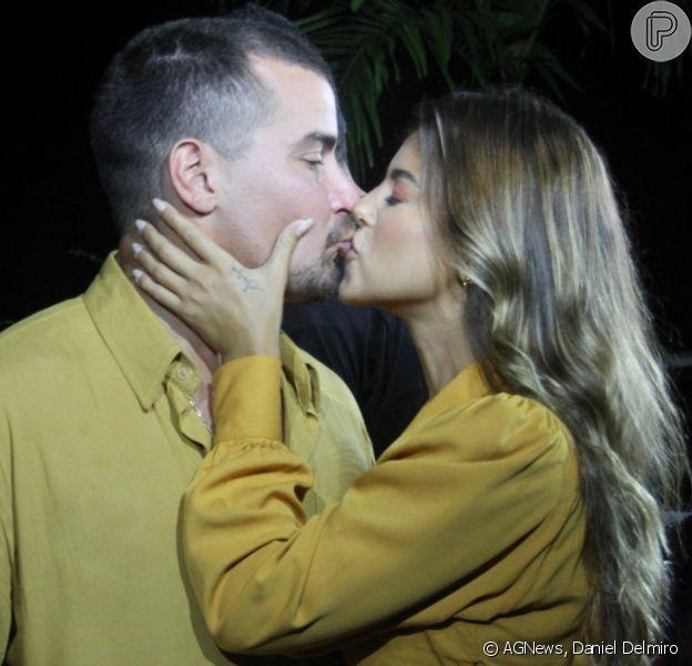 Thiago Martins troca beijos com a namorada, Talita Nogueira, durante gravação de novo projeto musical