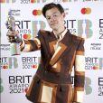 Harry Styles apostou no terno e calça Gucci estampados no Brit Awards
