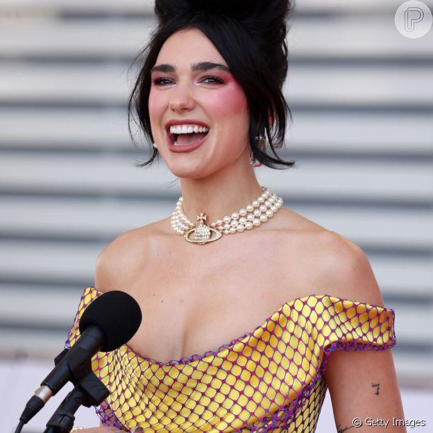 Dua Lipa deixa ombros em destaque no look do Brit Awards