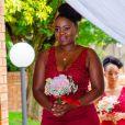 Coque alto, volumoso e alinhado é elegante para madrinha de casamento